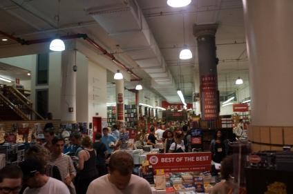 Es verdad que la cantidad de gente, abruma un poco a los que acostumbramos el silencio de las librerías barriales